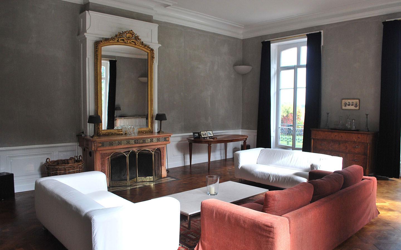 Overzichts foto van de zitkamer van Chateau Les Bardons