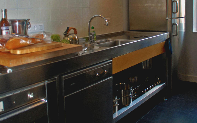 Heerlijke semi proffesionele SMEGG keuken met oven, vaatwasser, magnetron en magimix.