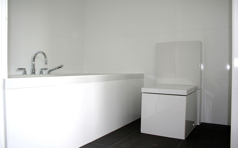 Ruime badkamet met inloopdouche, bad en toilet.