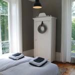 Slaapkamer met aan twee kanten ramen