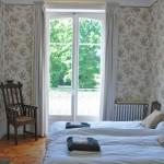 Slaapkamer met openslaande deuren naar het balkon