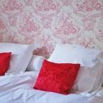 Roze slaapkamer met antiiek behang voor de echte prinsessen.
