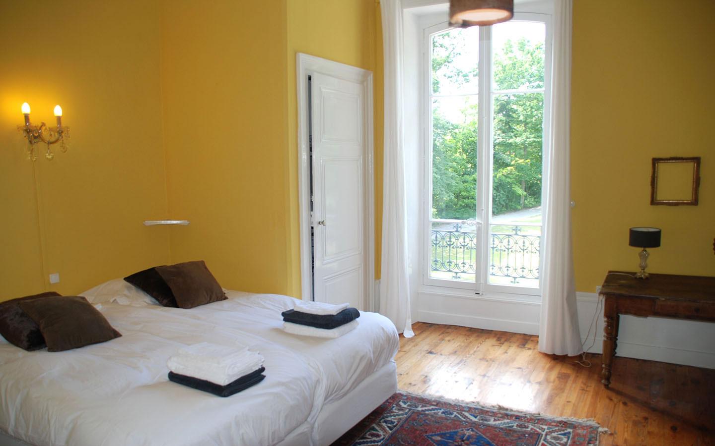 Ruime slaapkamer met comfortabele boxspring bedden (2x1).