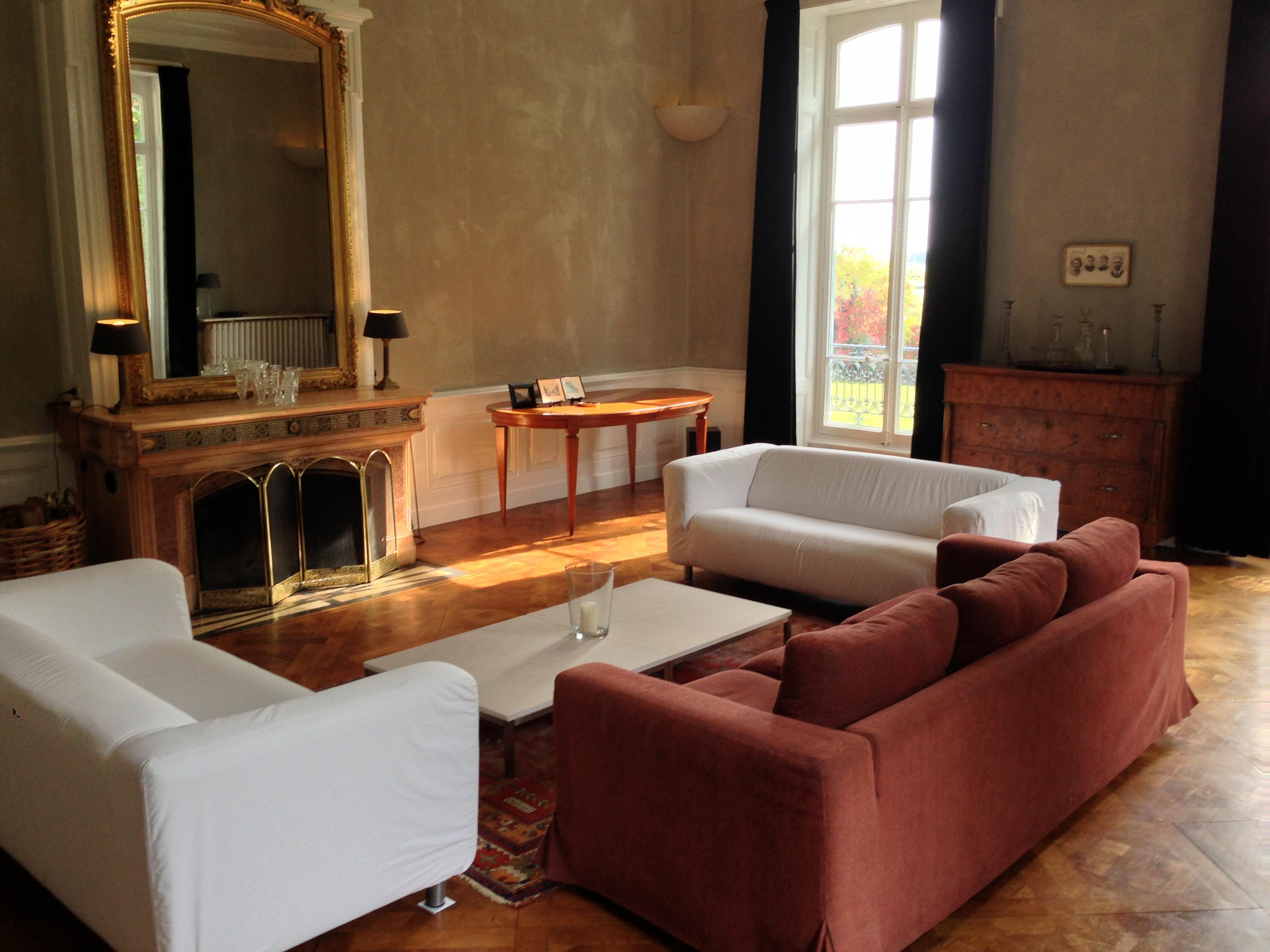 Sittingroom Chateau Les Bardons met oude spiege;