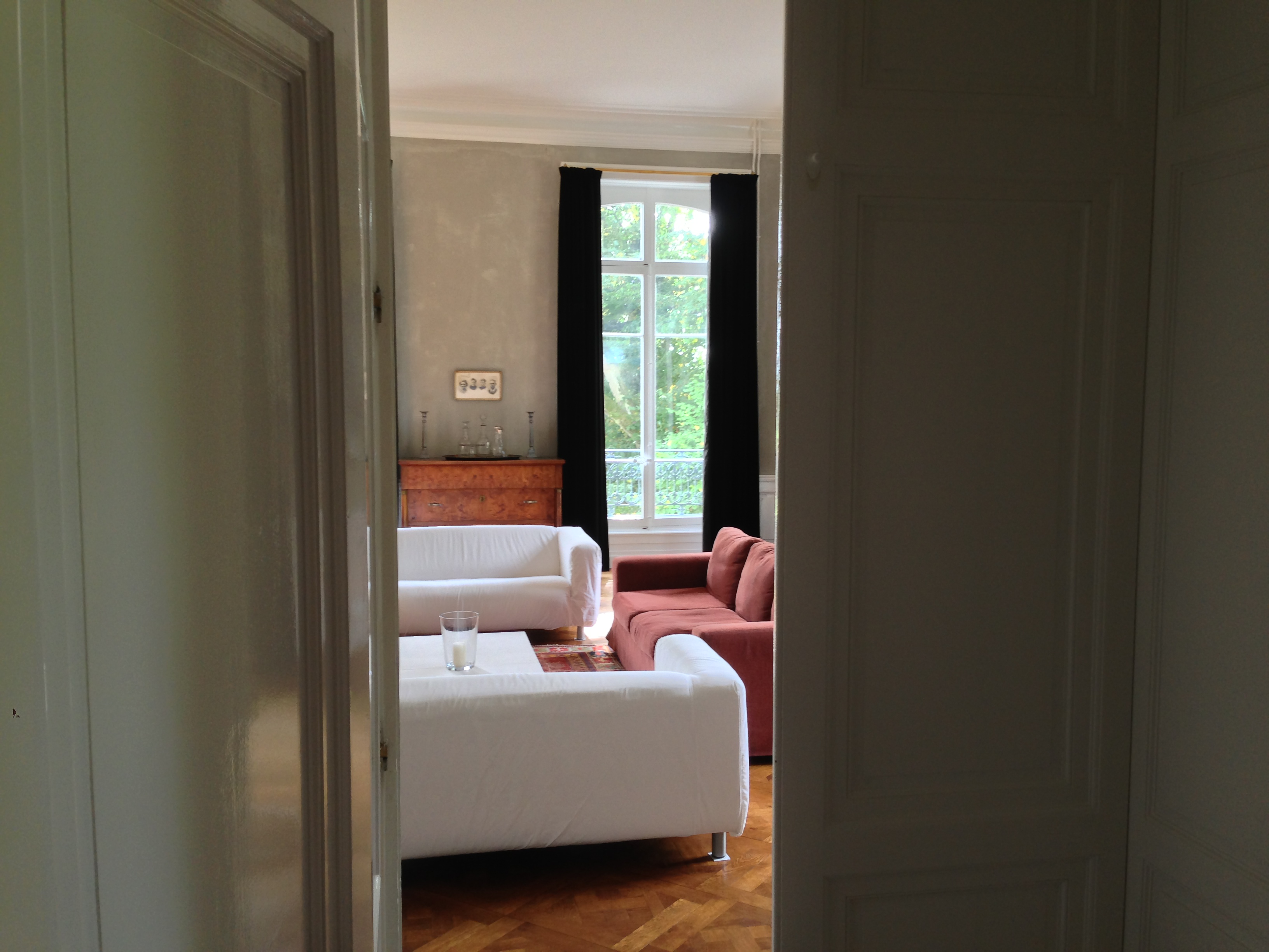 Chateau Les Bardons Sittingroom with mozaiek, satelite and log fire place